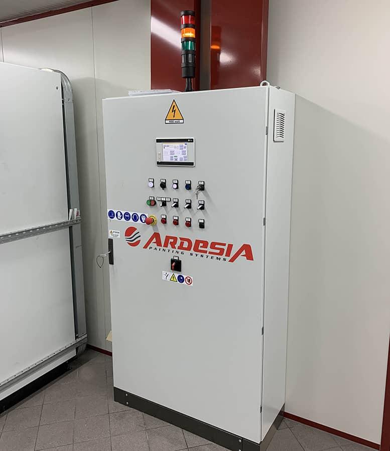 Impianto Ardesia composto da un trasportatore a pavimento, robot antropomorfo, cabina di verniciatura e forno di essiccazione